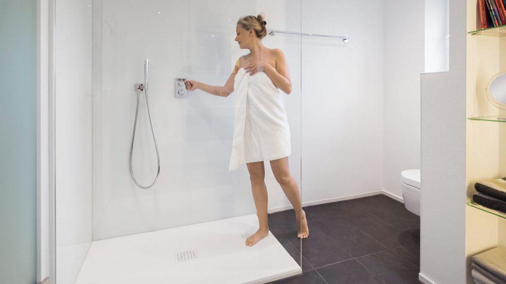 Teilsanierung: Bodenebene Duschen erleichtern den Ein- und Ausstieg in die Dusche.